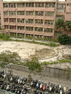 20091119_台湾02鉄格子+スクーター.jpg